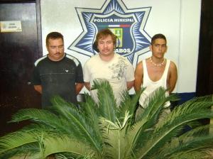 El trío con el cuerpo del delito.