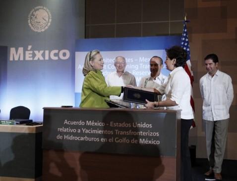 http://colectivopericu.files.wordpress.com/2012/02/hillary-clinton-acuerdo-transfronterizo-mexico-ii.jpg